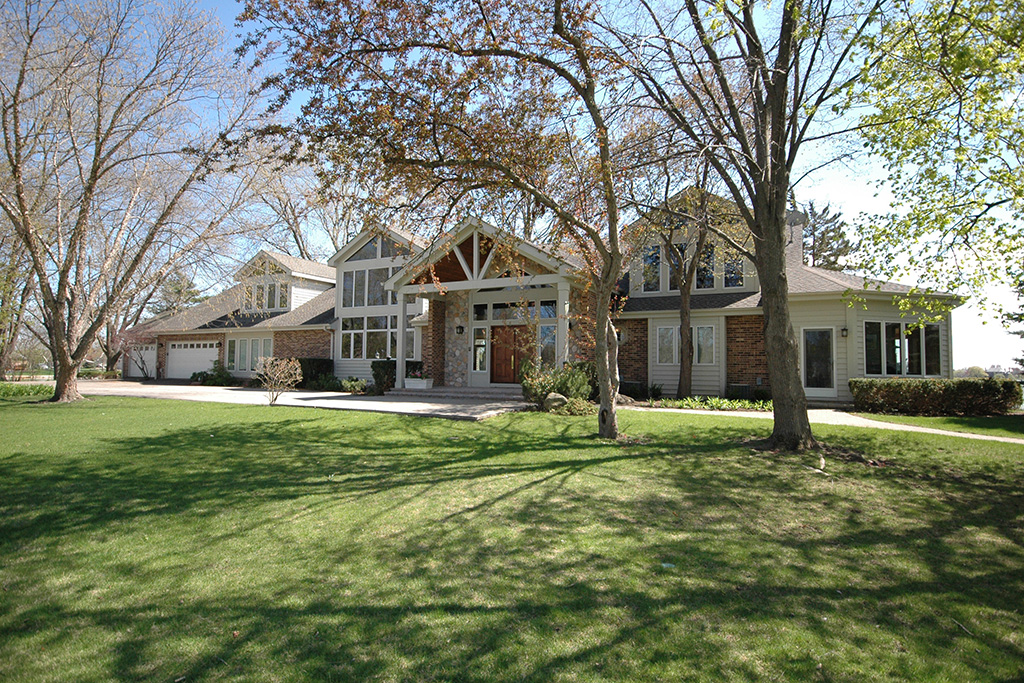 12 Back Bay Drive, South Barrington - Contact Lou Zucaro at 312.907.4085 or lou.zucaro@bairdwarner.com to arrange a private showing